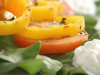 طريقة عمل وتحضير سلطة الطماطم والفلفل الأصفر